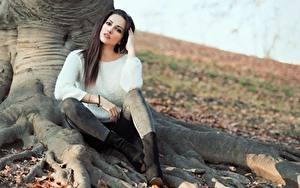 Hintergrundbilder Herbst Brünette Sitzen Sweatshirt Hand Unscharfer Hintergrund