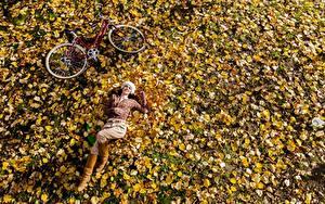 Fotos Herbst Blatt Fahrräder Liegt Erholung junge frau Natur