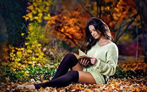 Hintergrundbilder Herbst Blattwerk Brünette Sweatshirt Buch Hand Sitzen Liest Bein Long Socken