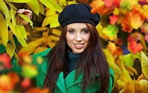 Hintergrundbilder Herbst Izabela Magier Unscharfer Hintergrund Braune Haare Blick Lächeln Barett junge Frauen