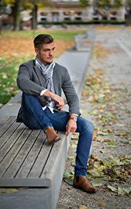 Fotos Herbst Mann Blatt Bank (Möbel) Sitzend Hand Bein Jeans Posiert