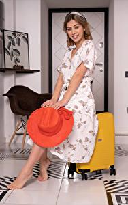 Hintergrundbilder Avery 1997 Lächeln Kleid Der Hut Koffer Blick
