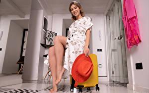 Hintergrundbilder Avery 1997 Lächeln Kleid Bein Der Hut Koffer Sitzend Starren Mädchens