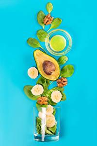 Bilder Avocado Bananen Farbigen hintergrund Trinkglas Lebensmittel