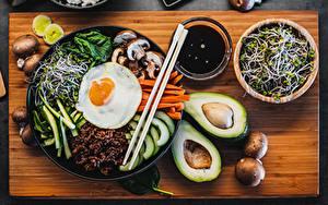 Bilder Avocado Pilze Spiegelei Essstäbchen Geschnitten Schüssel Schneidebrett Bibimbap das Essen