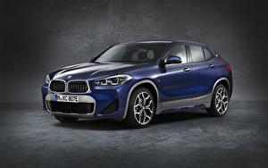 Bilder BMW Grauer Hintergrund Softroader Blau 2020-21 X2 xDrive25e M Sport Worldwide automobil