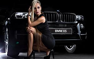 Desktop hintergrundbilder BMW Blondine Kleid Sitzt Bein High Heels Schwarz x5 Mädchens Autos