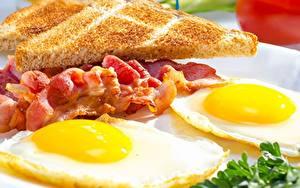 Tapety na pulpit Boczek Z bliska Jajka sadzone Śniadanie Jedzenie