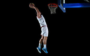 Bilder Basketball Mann Schwarzer Hintergrund Sprung Hand Ball Uniform sportliches