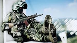 Fotos Battlefield 4 Soldaten Sturmgewehr Militär Schutzhelm Maske Sitzend Russische Spiele Heer 3D-Grafik