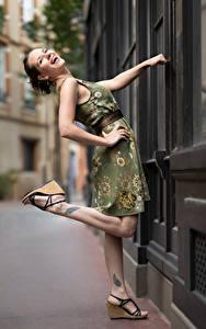 Fotos Pose Kleid Bein Lachen Bea Mädchens