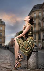 Bilder Posiert Sitzend Kleid Unscharfer Hintergrund Bea junge frau
