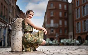 Hintergrundbilder Posiert Sitzend Kleid Lächeln Blick Bokeh Bea Mädchens