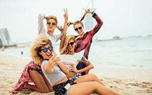 Bilder Strand Blondine Brille Freude Sitzt Selfie Mädchens