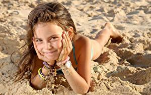 Fotos Strand Kleine Mädchen Starren Lächeln Hand Sand Braune Haare kind