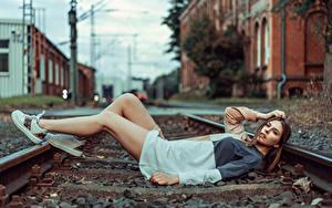 Hintergrundbilder Schienen Ruhen Bein Kleid Blick Model Beatrice Rogall Mädchens