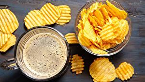 Fotos Bier Bretter Becher Schaum Kartoffelchips Lebensmittel