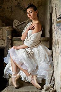Fotos Kleid Sitzen Ballett Hand Starren Bella Mädchens