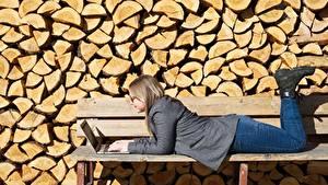 Hintergrundbilder Bank (Möbel) Brille Hinlegen Notebook Bein Jeans Boots junge frau
