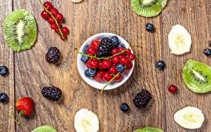 Fotos Beere Chinesische Stachelbeere Ribisel Brombeeren Erdbeeren Heidelbeeren Bretter Schüssel Lebensmittel
