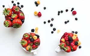 Fotos Beere Erdbeeren Heidelbeeren Himbeeren Brombeeren Weißer hintergrund Tasse Drei 3