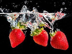 Fotos Beere Erdbeeren Wasser Spritzwasser Schwarzer Hintergrund
