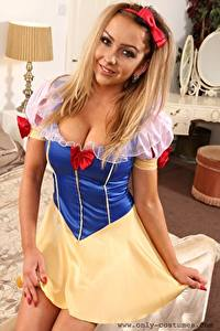 Bilder Bethany M Only Schneewittchen Kostüm Blondine Schleife Starren Lächeln Hand Uniform junge frau