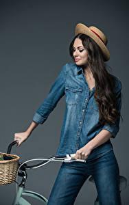 Fotos Fahrradlenker Grauer Hintergrund Der Hut Jeans Haar Lächeln Brünette Mädchens