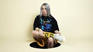 Fotos Posiert Sitzt Sportschuhe Bein T-Shirt Blondine Starren Billie Eilish Prominente Mädchens