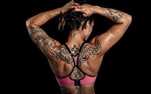Hintergrundbilder Schwarzer Hintergrund Hinten Rücken Hand Tätowierung Posiert junge frau