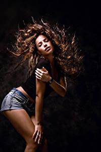 Fotos Schwarzer Hintergrund Braune Haare Haar Tanzen Hand Mädchens