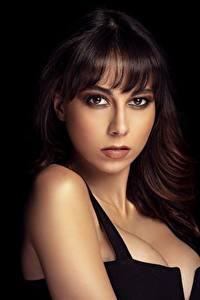 Fotos Schwarzer Hintergrund Dekolleté Make Up Gesicht Braune Haare Blick Ana Victoria junge frau