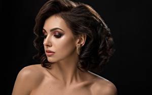 Bilder Schwarzer Hintergrund Model Schminke Gesicht Frisuren Braune Haare junge frau