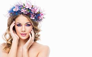 Fotos Blond Mädchen Schön Schminke Gesicht Hand Starren Kranz Weißer hintergrund Mädchens