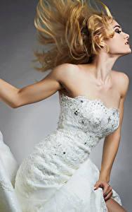 Fotos Blondine Brautpaar Kleid