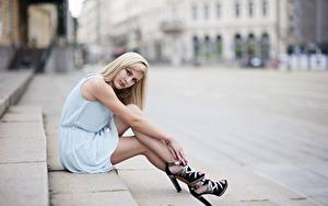 Bilder Blondine Kleid Bokeh Hand Bein Stöckelschuh Sitzen Stiege junge frau