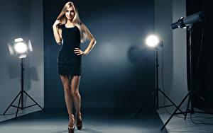 Bilder Blondine Kleid Pose Model Lampe Bein Hand High Heels Mädchens