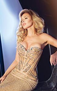 Bilder Blondine Kleid Sitzend