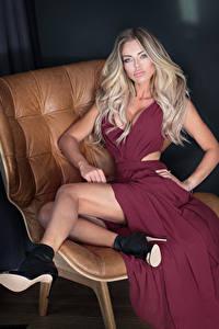 Bilder Blondine Kleid Sitzend Bein Stöckelschuh Mädchens