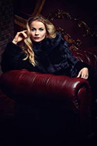 Hintergrundbilder Blondine Pelzmantel Sitzend Starren Mädchens