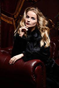 Fotos Blondine Pelzmantel Sitzend Hand Blick Mädchens