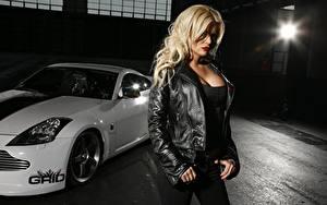 Desktop hintergrundbilder Blond Mädchen Blick Jacke Hand Posiert Mädchens Autos