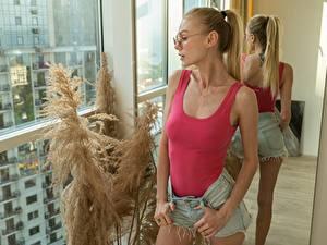 Bilder Blond Mädchen Brille Unterhemd Hand Shorts Spiegel Spiegelung Spiegelbild junge Frauen