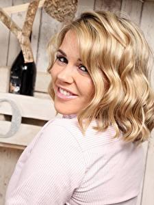 Fotos Blond Mädchen Haar Blick Lächeln Frisur junge frau