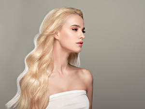 Hintergrundbilder Blond Mädchen Haar Grauer Hintergrund Mädchens