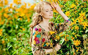 Fotos Blond Mädchen Hand Ast Mädchens