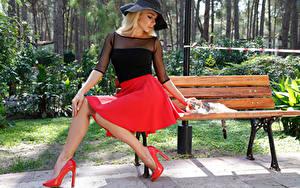 Bilder Blond Mädchen Der Hut Sitzend Rock Stöckelschuh Bank (Möbel) Mädchens