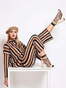 Hintergrundbilder Blond Mädchen Model Make Up Barett Bein Pose Starren Mädchens