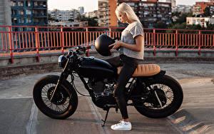 Hintergrundbilder Blondine Motorradfahrer Helm Mädchens Motorrad