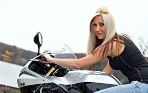 Bilder Blond Mädchen Motorradfahrer Blick Lächeln Mädchens